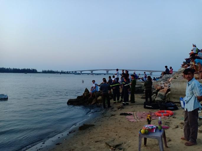 Vụ lật thuyền 5 người mất tích: Bí thư, chủ tịch Quảng Nam tới hiện trường - Ảnh 12.