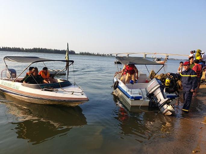 Vụ lật thuyền 5 người mất tích: Bí thư, chủ tịch Quảng Nam tới hiện trường - Ảnh 13.