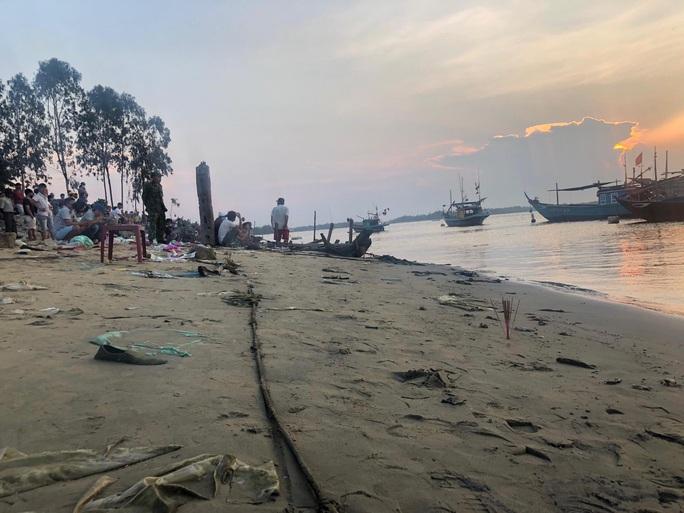 Vụ lật thuyền 5 người mất tích: Bí thư, chủ tịch Quảng Nam tới hiện trường - Ảnh 8.