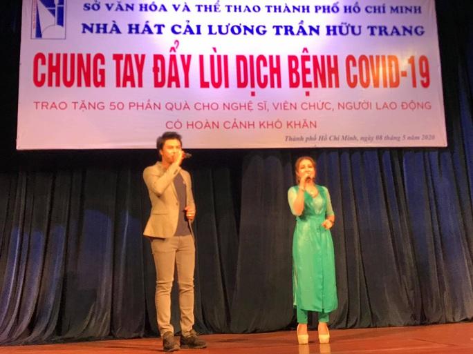 Nghệ sĩ Võ Minh Lâm xúc động trao quà công nhân sân khấu tại Nhà hát Trần Hữu Trang - Ảnh 3.