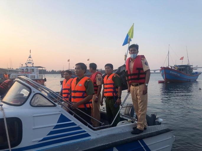 Vụ lật thuyền 5 người mất tích: Bí thư, chủ tịch Quảng Nam tới hiện trường - Ảnh 6.
