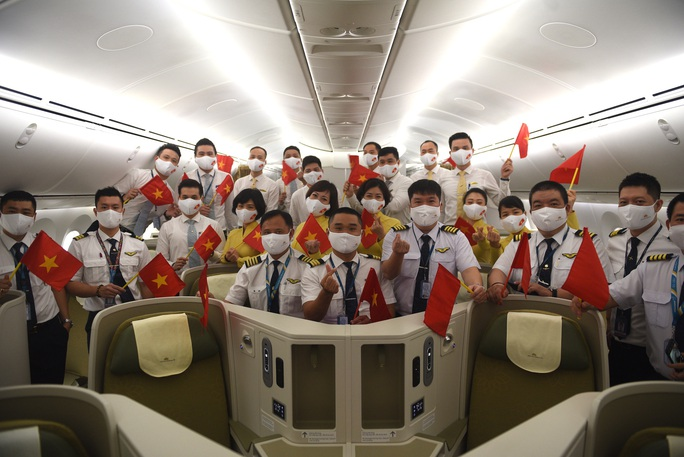 Cận cảnh chuyến bay đầu tiên từ Mỹ hạ cánh xuống Vân Đồn đưa 343 người Việt về nước - Ảnh 5.