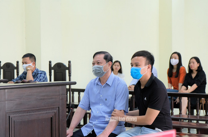 Người nhà dìu cựu trưởng Công an TP Thanh Hóa tới tòa - Ảnh 2.
