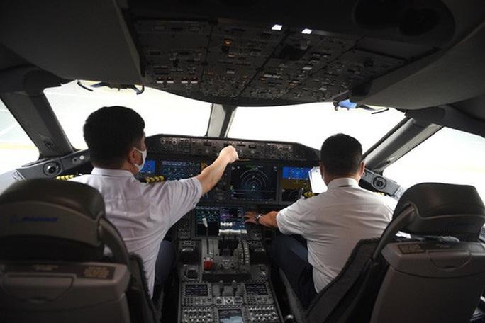 Cận cảnh chuyến bay đầu tiên từ Mỹ hạ cánh xuống Vân Đồn đưa 343 người Việt về nước - Ảnh 3.