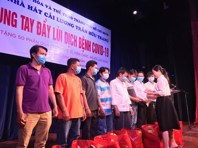 Nghệ sĩ Võ Minh Lâm xúc động trao quà công nhân sân khấu tại Nhà hát Trần Hữu Trang - Ảnh 2.