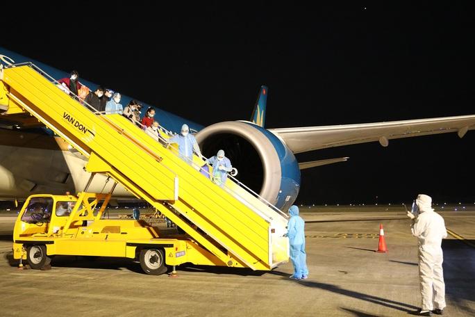 Cận cảnh chuyến bay đầu tiên từ Mỹ hạ cánh xuống Vân Đồn đưa 343 người Việt về nước - Ảnh 15.