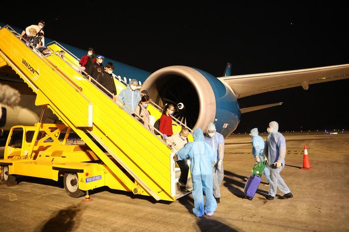 Cận cảnh chuyến bay đầu tiên từ Mỹ hạ cánh xuống Vân Đồn đưa 343 người Việt về nước - Ảnh 16.