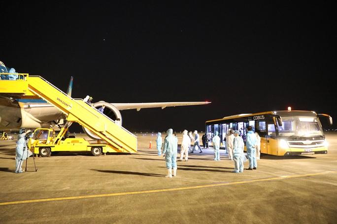 Cận cảnh chuyến bay đầu tiên từ Mỹ hạ cánh xuống Vân Đồn đưa 343 người Việt về nước - Ảnh 17.
