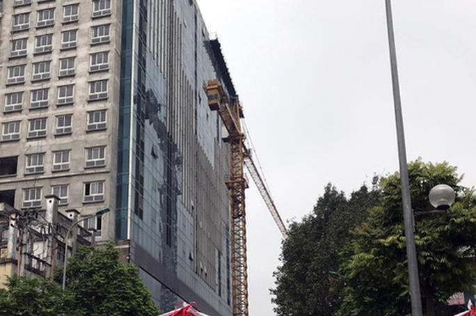 Cưỡng chế, phá dỡ tầng 18 tòa nhà 8B Lê Trực - Ảnh 1.