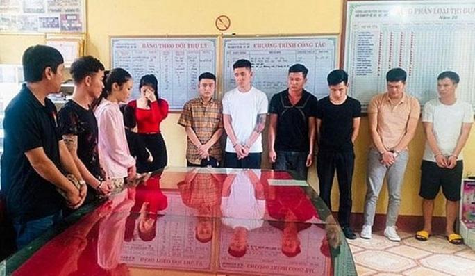 Bắt 13 nam, nữ thanh niên đang bay lắc ma túy trong quán karaoke - Ảnh 1.