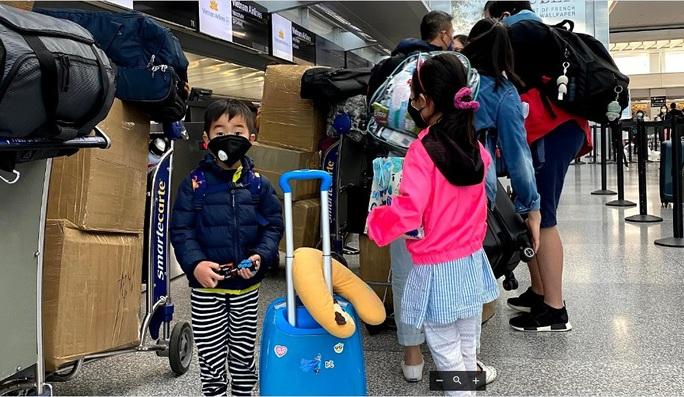 Đằng sau chuyến bay đầu tiên từ Mỹ đưa 343 người Việt về nước - Ảnh 8.