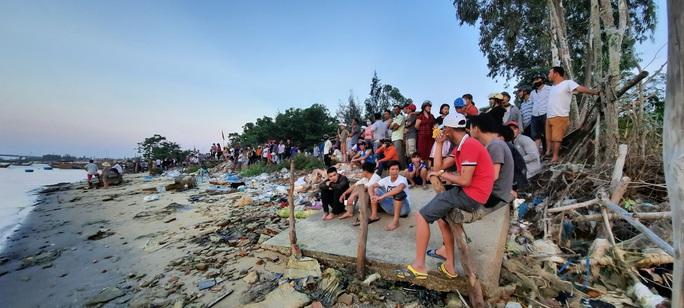 Vụ lật thuyền ở Quảng Nam: Người nhà khóc cạn nước mắt - Ảnh 9.