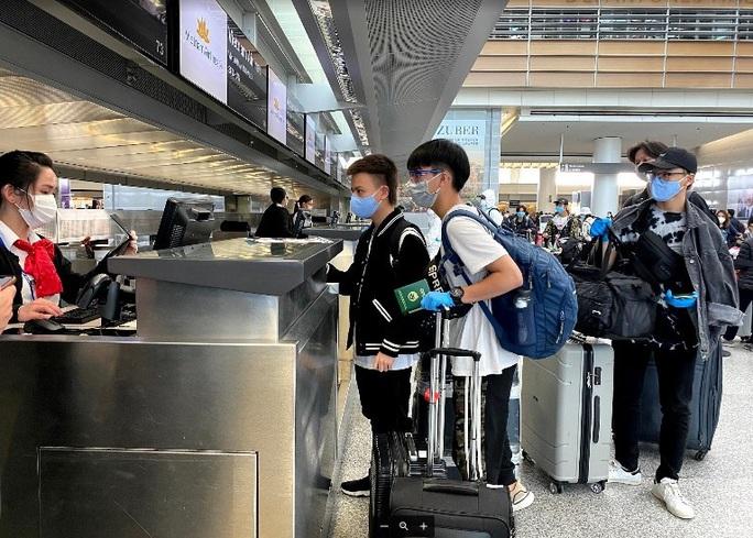 Đằng sau chuyến bay đầu tiên từ Mỹ đưa 343 người Việt về nước - Ảnh 13.