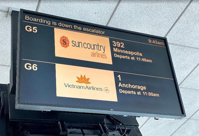 Đằng sau chuyến bay đầu tiên từ Mỹ đưa 343 người Việt về nước - Ảnh 3.