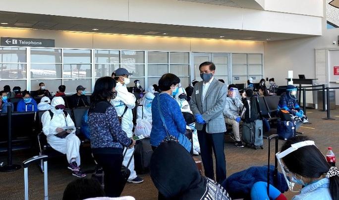 Đằng sau chuyến bay đầu tiên từ Mỹ đưa 343 người Việt về nước - Ảnh 24.