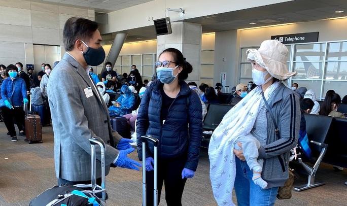 Đằng sau chuyến bay đầu tiên từ Mỹ đưa 343 người Việt về nước - Ảnh 25.