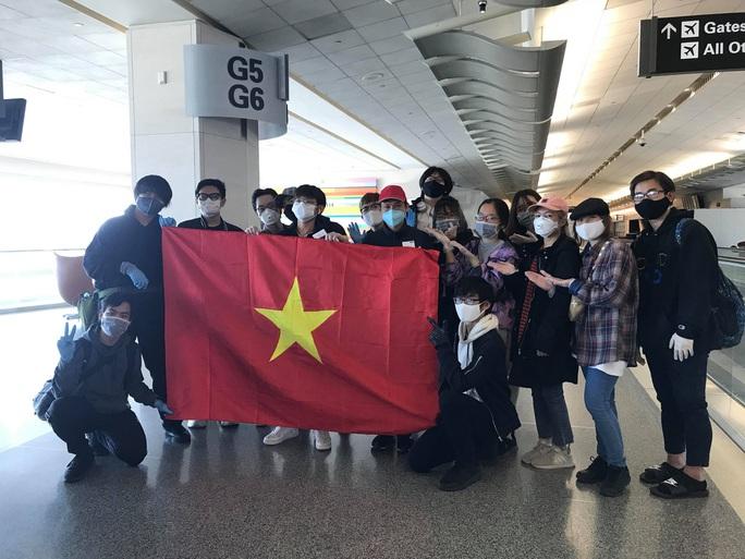 Đằng sau chuyến bay đầu tiên từ Mỹ đưa 343 người Việt về nước - Ảnh 30.
