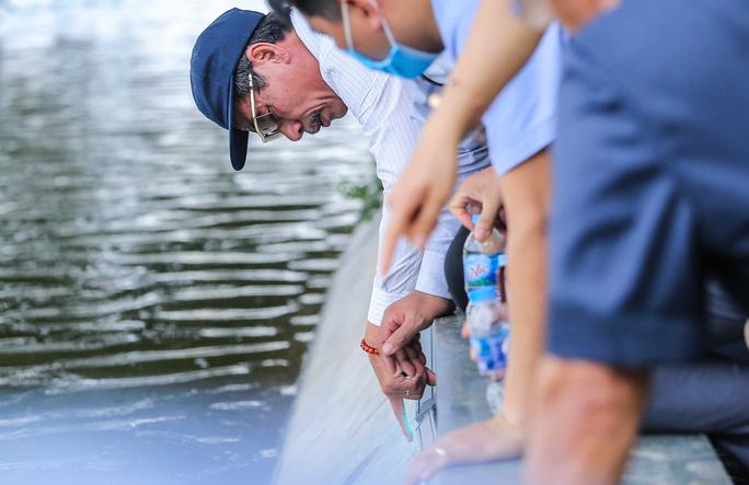 CLIP: Cảnh chuyên gia soi chất lượng, thẩm mỹ việc tôn tạo bờ kè hồ Gươm - Ảnh 5.