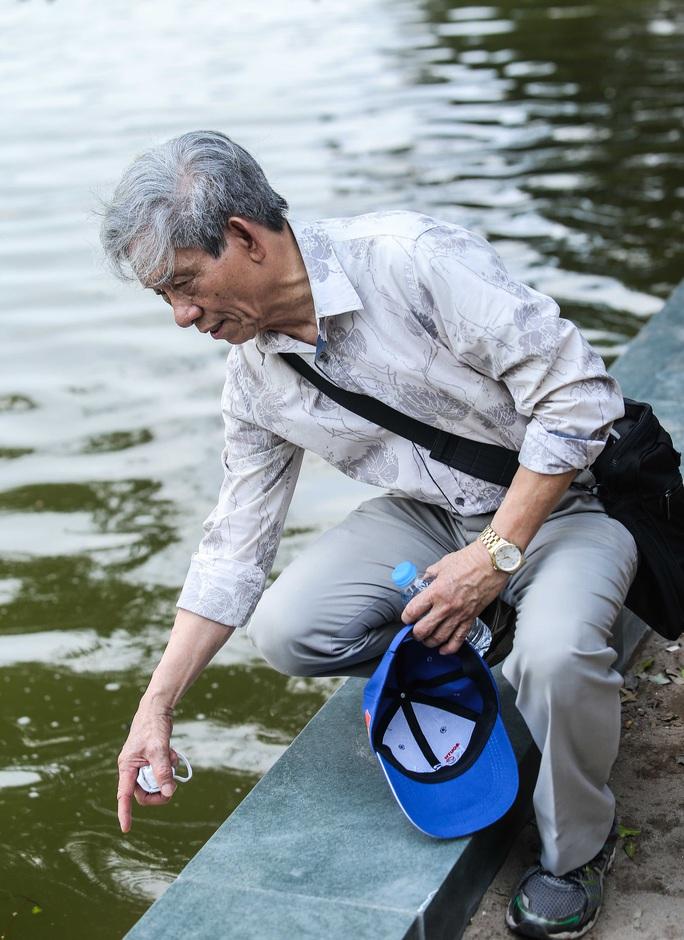 CLIP: Cảnh chuyên gia soi chất lượng, thẩm mỹ việc tôn tạo bờ kè hồ Gươm - Ảnh 8.