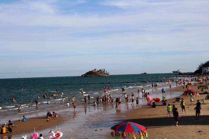 Dỡ bỏ giãn cách, biển Vũng Tàu đông nghẹt du khách - Ảnh 2.
