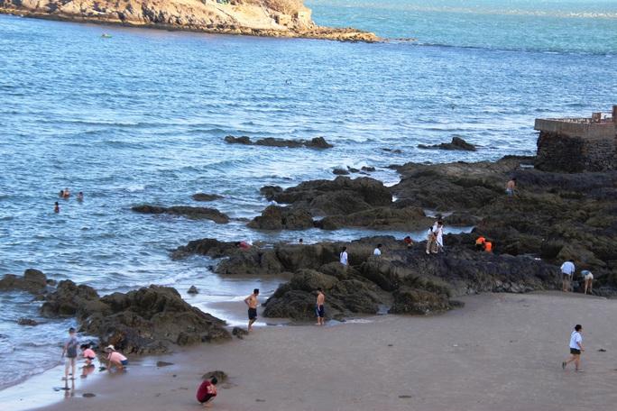 Dỡ bỏ giãn cách, biển Vũng Tàu đông nghẹt du khách - Ảnh 6.