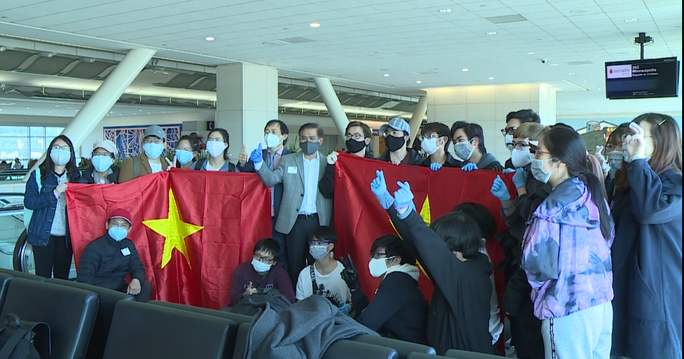 Đằng sau chuyến bay đầu tiên từ Mỹ đưa 343 người Việt về nước - Ảnh 31.