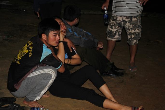 Vụ lật thuyền ở Quảng Nam: Người nhà khóc cạn nước mắt - Ảnh 1.