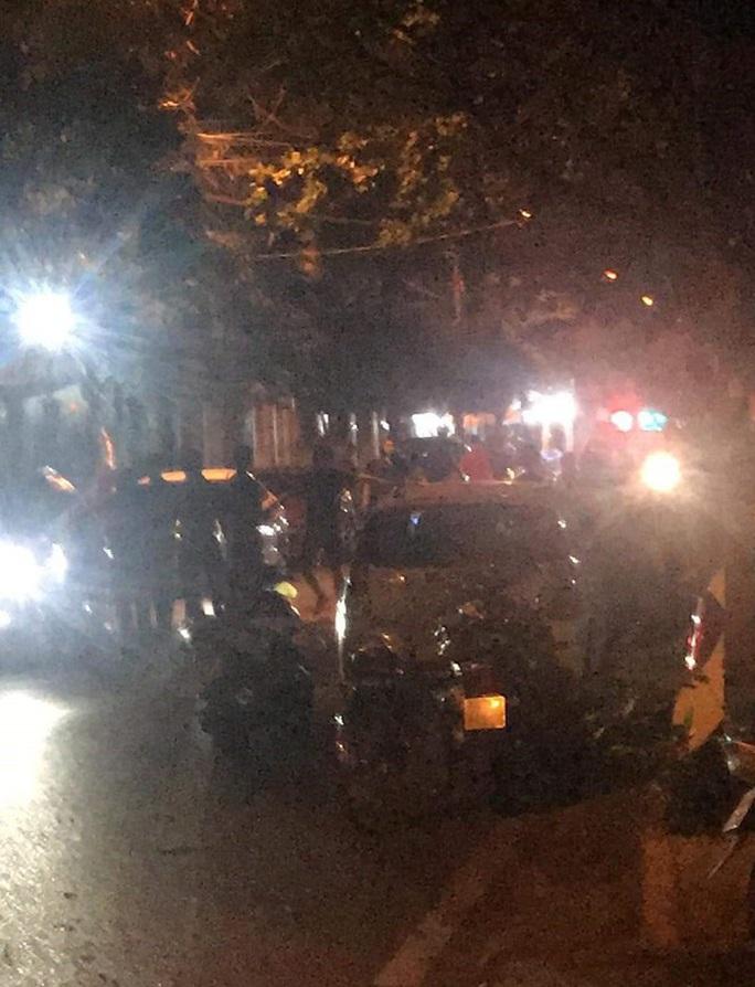 Nổ súng trấn áp 2 nhóm thanh niên xô xát, cố thủ trên ôtô - Ảnh 1.