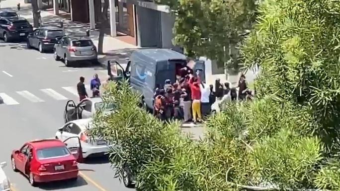 Biểu tình tại Mỹ: Cướp bóc và bạo lực tiếp diễn - Ảnh 1.