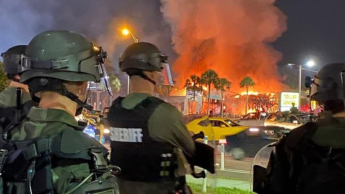 Biểu tình tại Mỹ: Cướp bóc và bạo lực tiếp diễn - Ảnh 2.