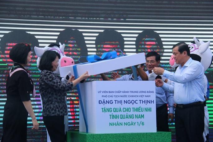 Phó Chủ tịch nước đem niềm vui cho trẻ em Quảng Nam nhân ngày Tết thiếu nhi - Ảnh 1.
