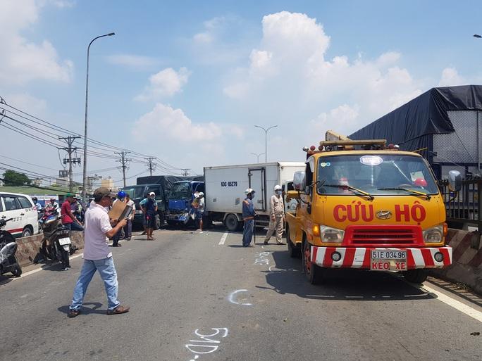 TP HCM: 11 ôtô tông nhau trên cầu, giao thông rối loạn - Ảnh 4.