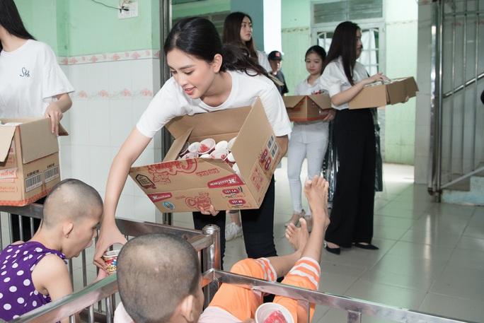 Hoa hậu Tiểu Vy, Lương Thùy Linh tặng quà trẻ mồ côi nhân dịp 1-6 - Ảnh 4.