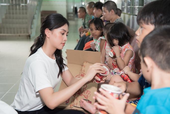 Hoa hậu Tiểu Vy, Lương Thùy Linh tặng quà trẻ mồ côi nhân dịp 1-6 - Ảnh 2.