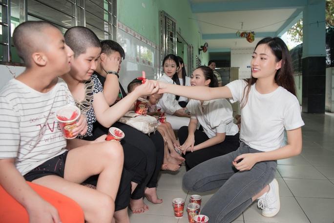 Hoa hậu Tiểu Vy, Lương Thùy Linh tặng quà trẻ mồ côi nhân dịp 1-6 - Ảnh 1.