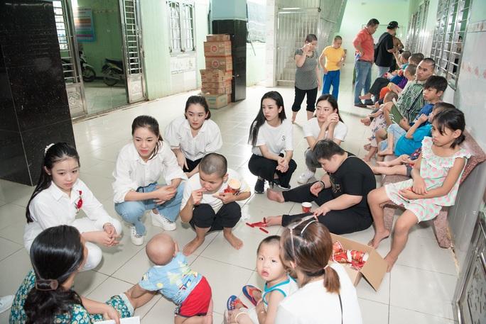 Hoa hậu Tiểu Vy, Lương Thùy Linh tặng quà trẻ mồ côi nhân dịp 1-6 - Ảnh 3.