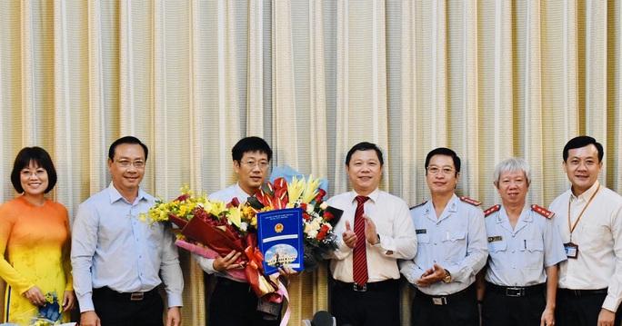 UBND TP HCM trao nhiều quyết định nhân sự  - Ảnh 2.