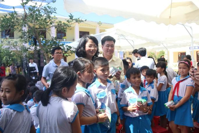 Phó Chủ tịch nước đem niềm vui cho trẻ em Quảng Nam nhân ngày Tết thiếu nhi - Ảnh 9.