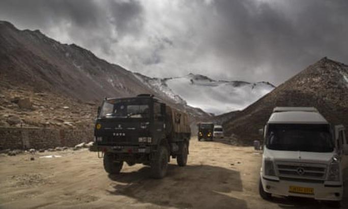 Trung Quốc, Ấn Độ đưa vũ khí hạng nặng đến khu vực tranh chấp - Ảnh 1.