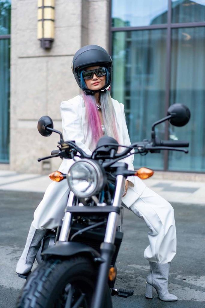 Hoa hậu H'Hen Niê mua mô tô luyện lái để đóng phim - Ảnh 2.