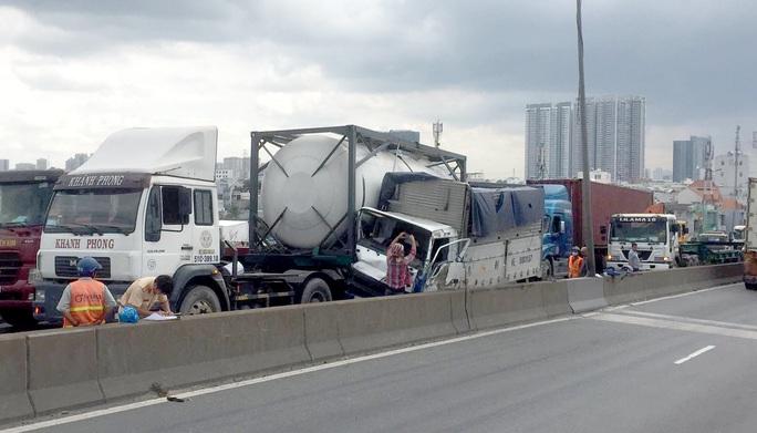 [CLIP] - Cầu Phú Mỹ như tê liệt sau 3 vụ tai nạn liên tiếp - Ảnh 3.