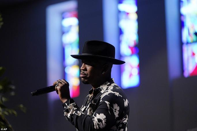 Ca sĩ khóc khi hát trong đám tang George Floyd - Ảnh 4.