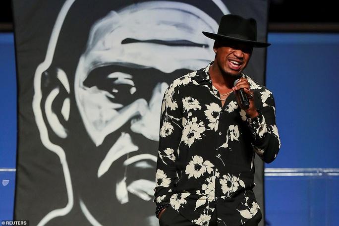 Ca sĩ khóc khi hát trong đám tang George Floyd - Ảnh 3.