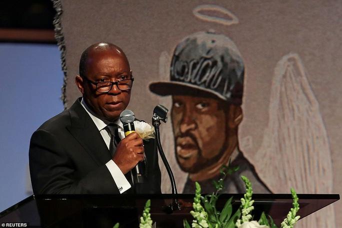 Ca sĩ khóc khi hát trong đám tang George Floyd - Ảnh 10.