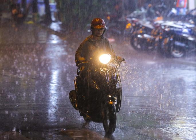 Người Hà Nội bì bõm trong cơn mưa vàng giải nhiệt - Ảnh 3.