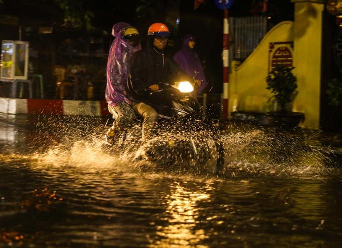 Người Hà Nội bì bõm trong cơn mưa vàng giải nhiệt - Ảnh 5.
