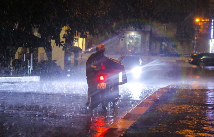 Người Hà Nội bì bõm trong cơn mưa vàng giải nhiệt - Ảnh 6.