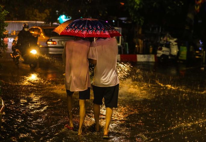 Người Hà Nội bì bõm trong cơn mưa vàng giải nhiệt - Ảnh 8.