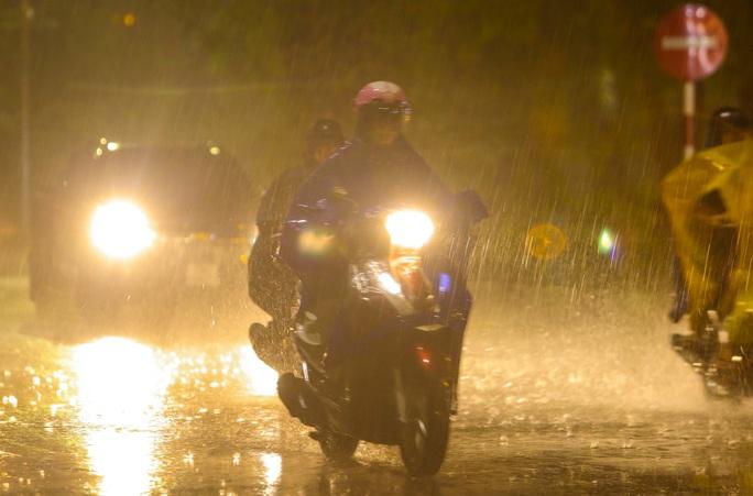 Người Hà Nội bì bõm trong cơn mưa vàng giải nhiệt - Ảnh 9.