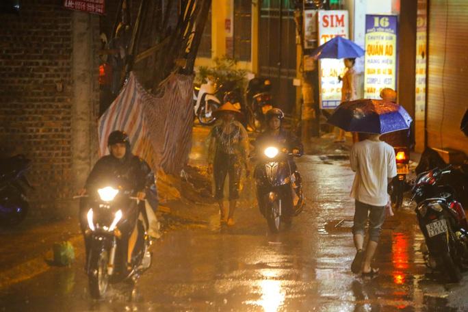 Người Hà Nội bì bõm trong cơn mưa vàng giải nhiệt - Ảnh 10.